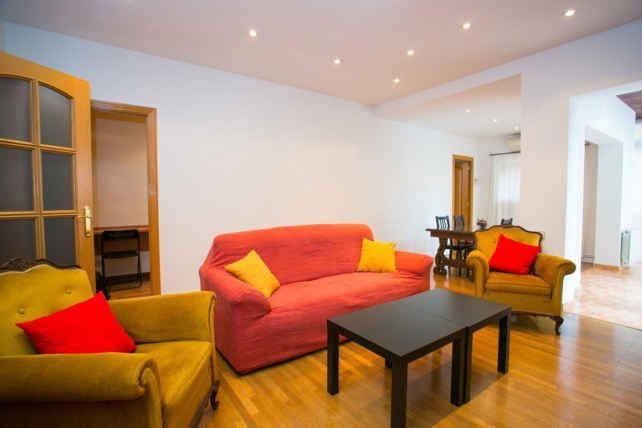 Huge Sant Gervasi Apartment perfect for ESADE and IESE students, 4 Bedrooms 3 Bathrooms up to 6